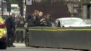 Pánico en Londres: atropelló con un auto a varias personas afuera del Parlamento