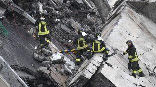 Se desmoronó un puente de una autopista en Génova y hay al menos 22 muertos