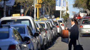 Estacionados. En las paradas, por momentos, se hacen largas colas a la espera de tener algún pasajero para llevar.