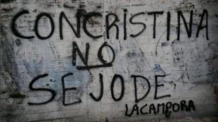 Al igual que con Perón vuelve la militancia organizó pintadas para defender a Cristina