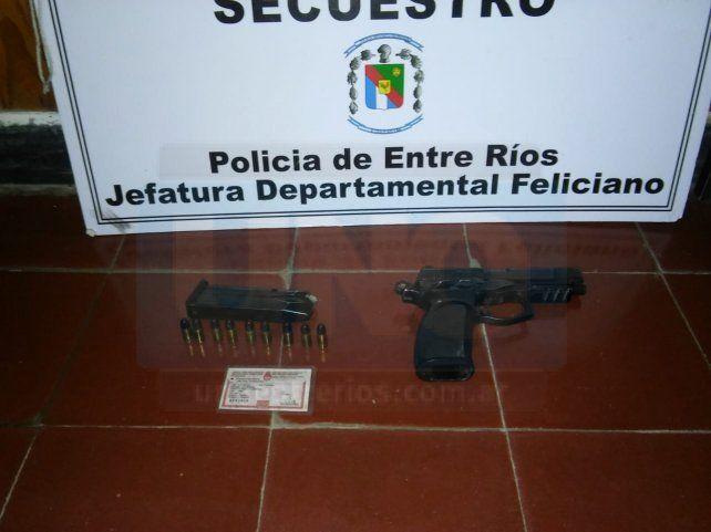 Es el dueño de un taller de motos y tenía armas, balas y equipamiento policial