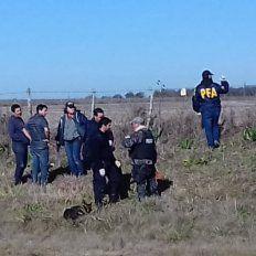 Especialistas. La División Antisecuestros de la Policía Federal rastrilla la zona con un perro adiestrado.