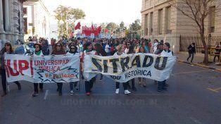 Masiva marcha para oponerse al ajuste a la universidad pública
