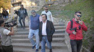 Respaldo. El intendente llegó acompañado por su secretario de Medio José Escobar. Foto: Mateo Oviedo.