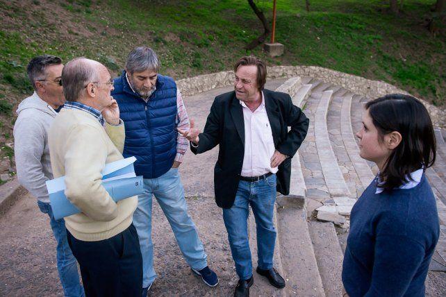 Recorrida. El intendente estuvo acompañado por el secretario de Medios José Escobar.