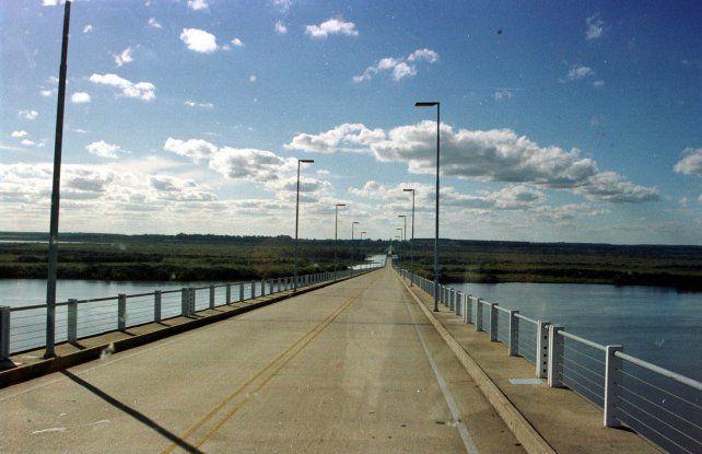 El puente es emblemático por la lucha del pueblo de Gualeguaychú contra las pasteras. Fue inaugurado en 1979.