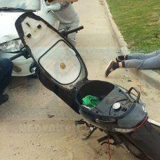 Daños colaterales. El auto quedó dañado, los dos ladrones golpeados y luego detenidos.