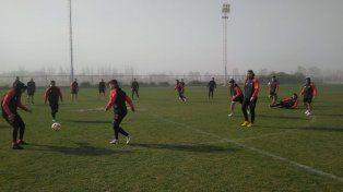 En Cuyo. El plantel de Patronato realizando su último entrenamiento previo al juego de hoy en la cancha auxiliar del estadio San Juan del Bicentenario.
