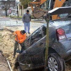 Así trabajaban para extraer el automóvil que cayó en un pozo en avenida Ramírez