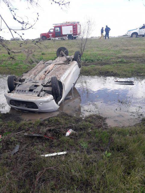 Por esquivar un auto, terminó volcado dentro de una laguna