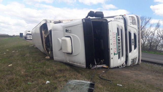Volcó un camión en ruta 12, cerca del Ceibas