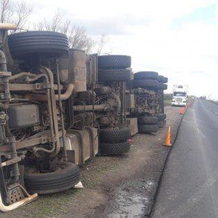 Transbordan la carga de un camión volcado y piden circular con precaución