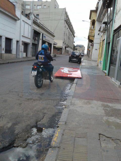 Desprendimiento. El cartel cayó pesadamente sobre calle Monte Caseros. Foto: Marcelo Comas