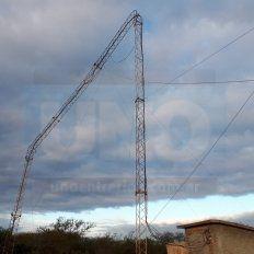 Doblada. La antena quedó en u por las ráfagas del viento.