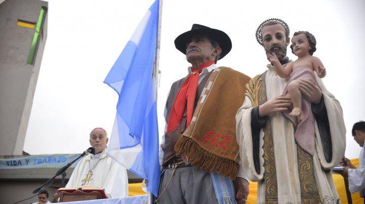 Juan AlbertoPuiggari, arzobispo de Paraná, escribió el prólogo del libro.