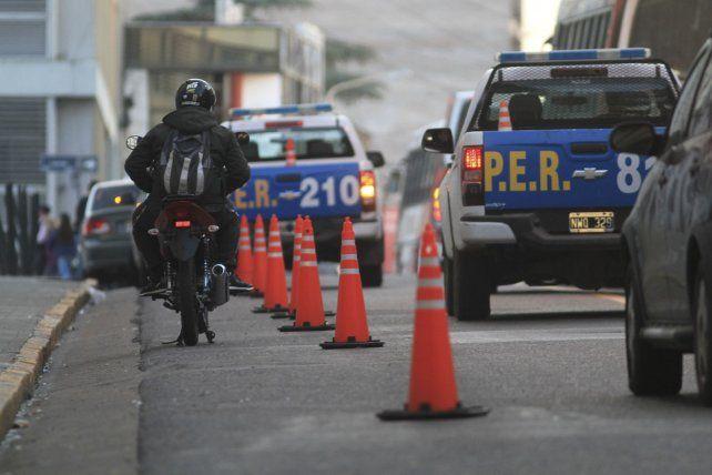 En calle Córdoba ponen conitos para que no estacionen los autos en lo que parece una ciclovía pero que realidad sirve para que estacionen las motos.