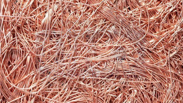 80Es el precio del kilo del material más caro: el cobre. Por lo general se obtiene de los cables y no es tan fácil de juntarlo en cantidad. Por el kilo de bronce se paga entre 27 y 30 pesos.