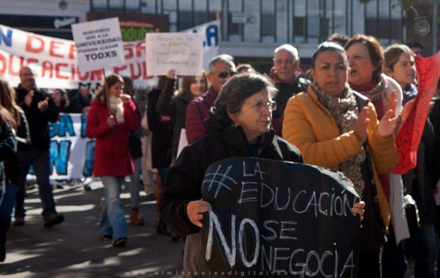 Marcha frente al rectorado de la Universidad Nacional de Entre Ríos