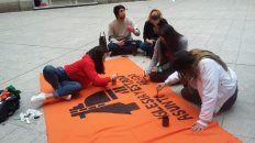 Una de las acciones fue pintar la bandera que portarán mañana.