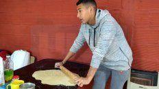 marcelo es venezolano, llego a parana hace cinco meses y vende tequenos para ayudar a su familia