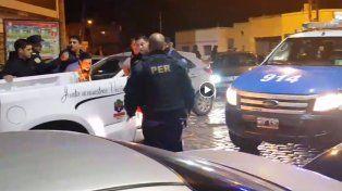 En la captura de pantalla se observa cuando el policía está a punto de golpear al detenido esposado.