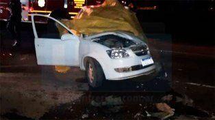 Una mujer murió al chocar un auto y una camioneta