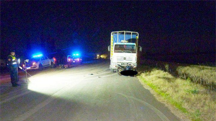 Un joven perdió la vida al impactar su moto contra un camión estacionado
