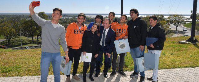 Despedida. El gobernador felicitó a los alumnos por la iniciativa y el esfuerzo.