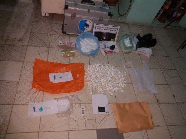 Comercio. En la casa no solo había 240 bochitas de cocaína sino que durante el allanamiento llegaban clientes.