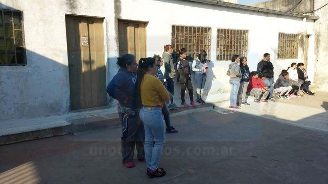 Padres autoconvocados exigieron este martes a las autoridades que no dejen ingresar al acusado a la institución.