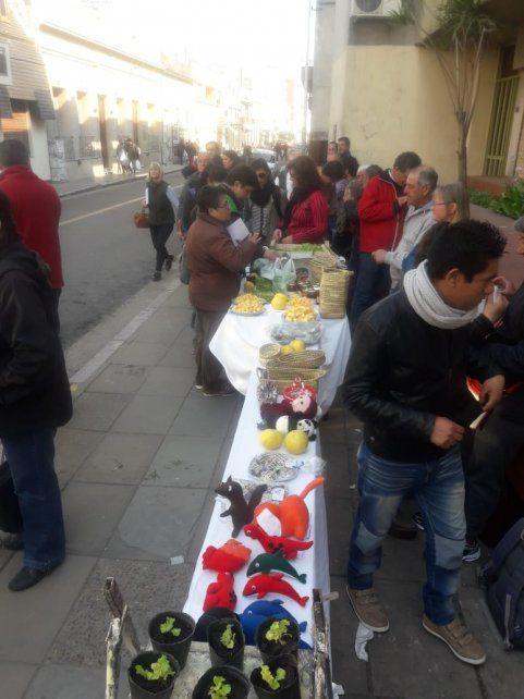 Artesanos y productores armaron la feria en calle España.