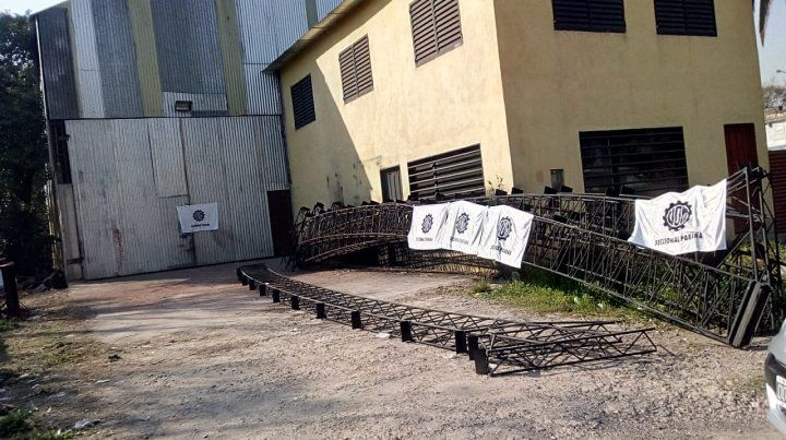 La UOM colocó banderas en la puerta del taller.