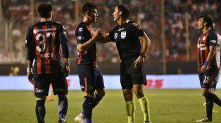 No se calla. Reniero discute un fallo con el árbitro Mauro Vigliano. El de Villa del Rosario anotó para el Ciclón.