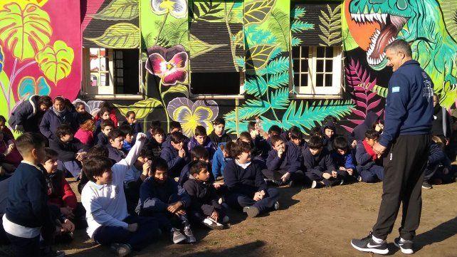 Jugadores y cuerpo técnico de Estudiantes visitaron una escuela