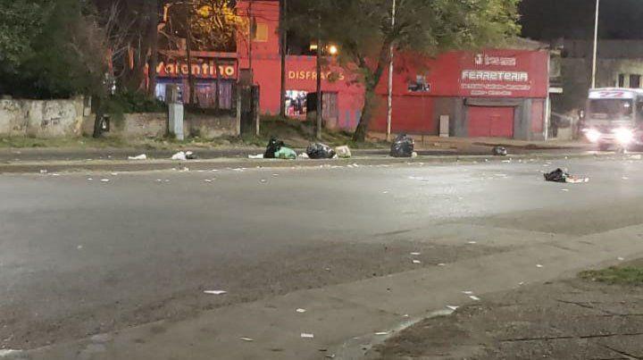 Algunas calles de Paraná amanecieron repletas de basura por asamblea de municipales