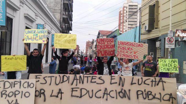 Los estudiantes se preparan para la gran marcha de mañana.