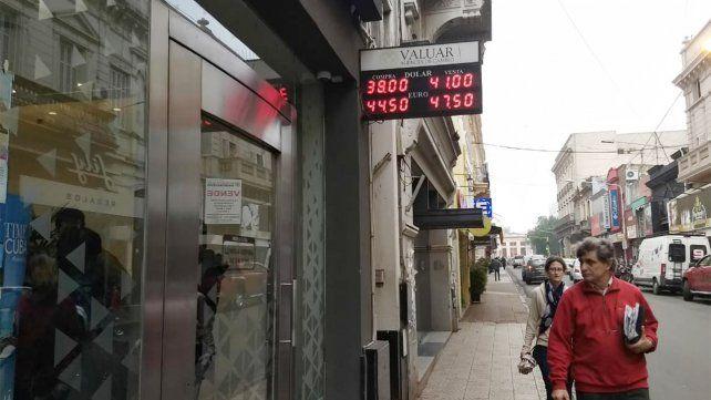 En Paraná el dólar llegó a los $43 y se paralizó la venta