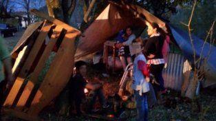 Una familia soportó la tormenta en una carpa, en plena calle