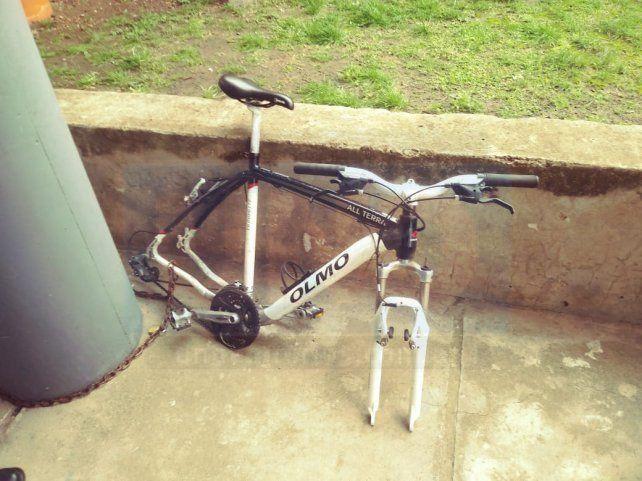 Desarmada. El habilidoso ladrón robó las dos ruedas y escapó