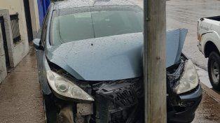 Dejó el auto sin freno de mano y terminó muy abollado