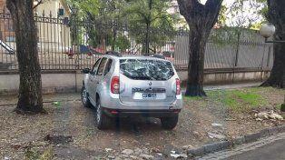 Más críticas por autos mal estacionados: Coche oficial en la vereda de una escuela