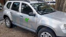 mas criticas por autos mal estacionados: coche oficial en la vereda de una escuela