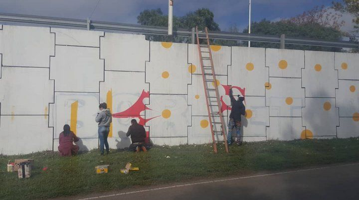 A todo color. Vecinos de distintas localidades colaboran con el artista y ayer compartieron una tarde amena.