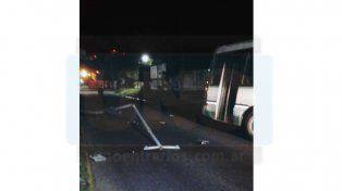 Colectivo urbano chocó un poste tras sufrir la rotura de un neumático