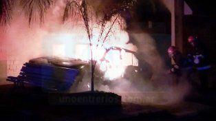 Un auto abandonado en la vía pública se incendió en la madrugada