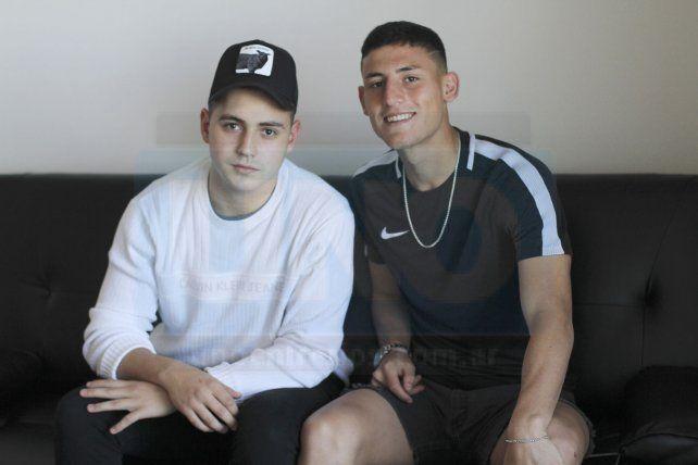 Tomás Chancalay con su amigo Alán Stang posaron para la foto luego de la transmisión en vivo de Facebook Live. FotoUNOJuan Ignacio Pereira