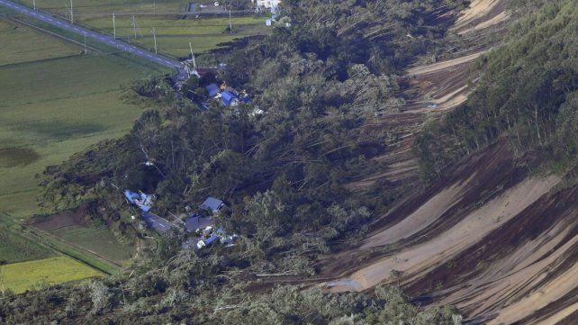 Japón sacudida: 9 muertos y más de 300 heridos en terremoto, aludes y tifón