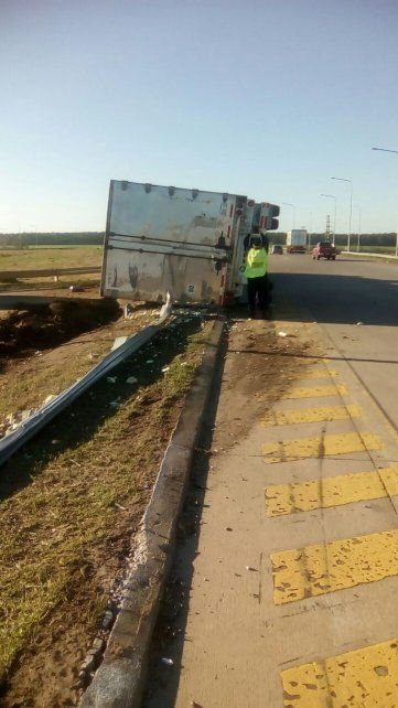 Un camión lleno de salmón volcó en la autovía 14