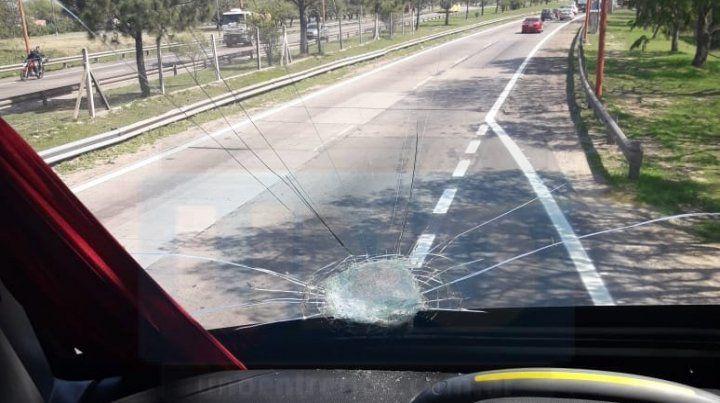 Atacaron a piedrazos un micro en El Pozo y hubo una pasajera lesionada