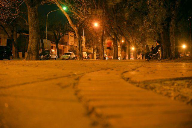 Al primer contacto el agresor sexual lo hizo cuando la víctima caminaba por la plaza Sáenz Peña.
